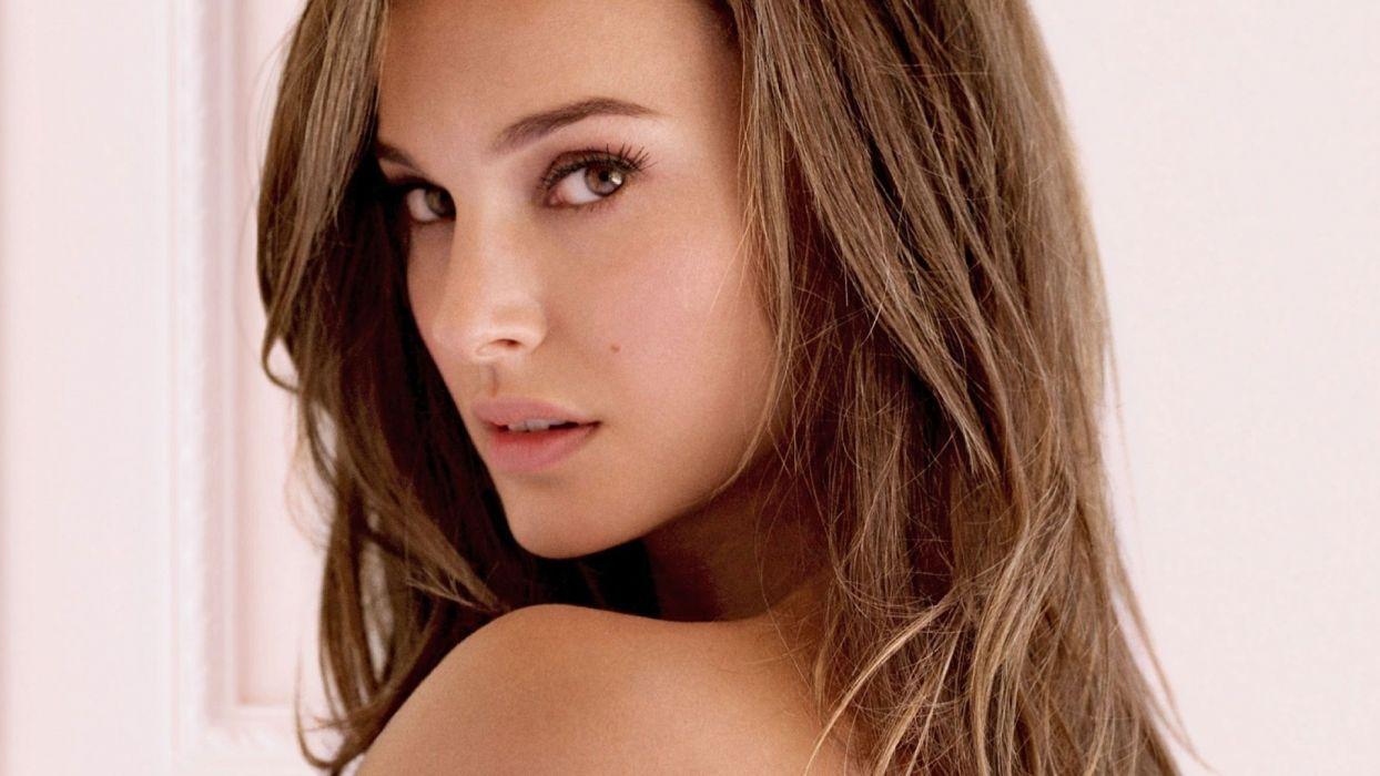 GIRLS Natalie Portman-brunette-smile-look wallpaper
