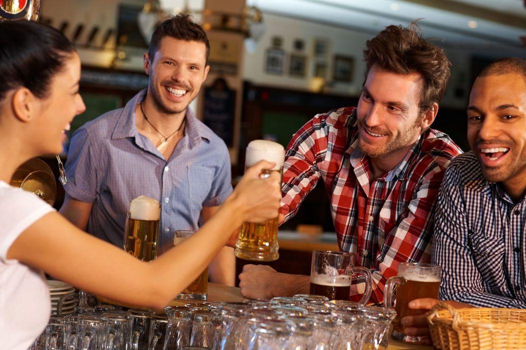 amigos brinda cerveza bar entretenimientos wallpaper