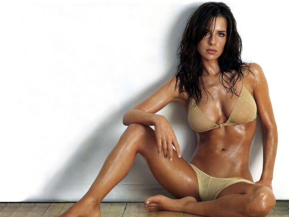 mujer morena bikini posado wallpaper