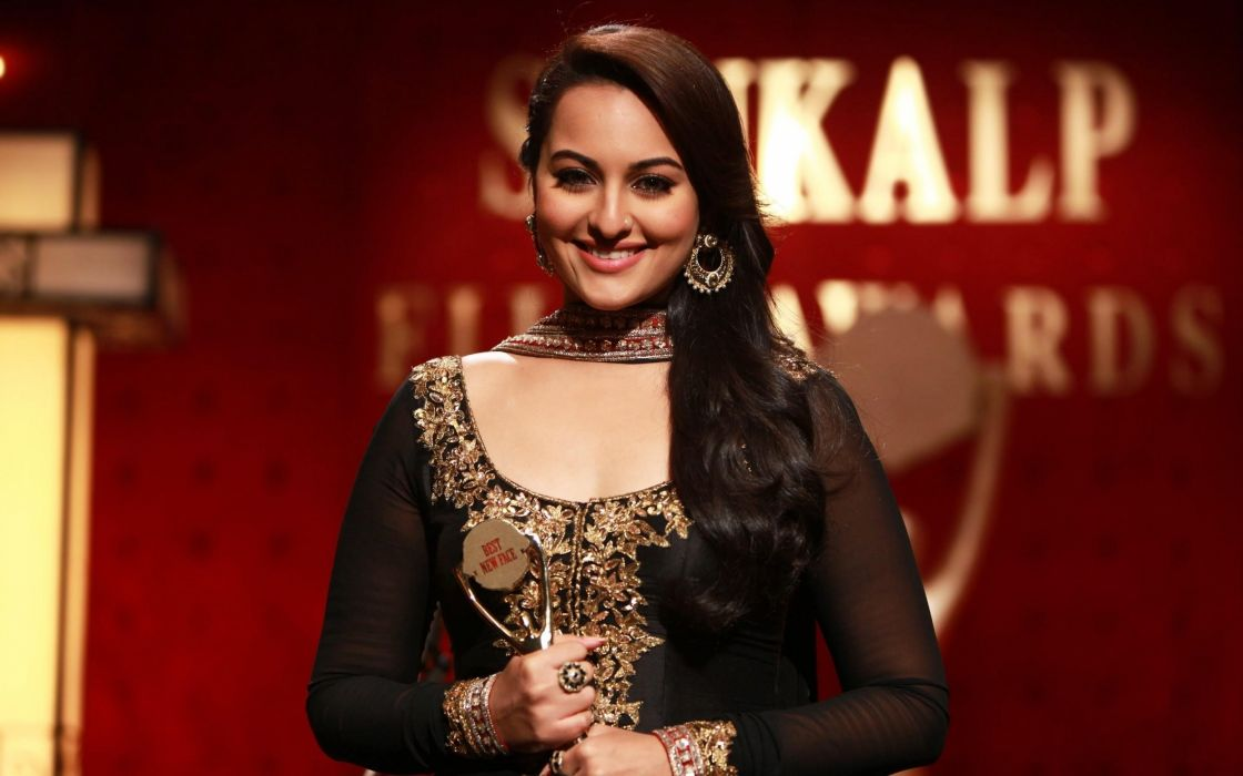 New Bollywood Actress Sonakshi Sinha in Black Dress with Award HD Smile Photo wallpaper