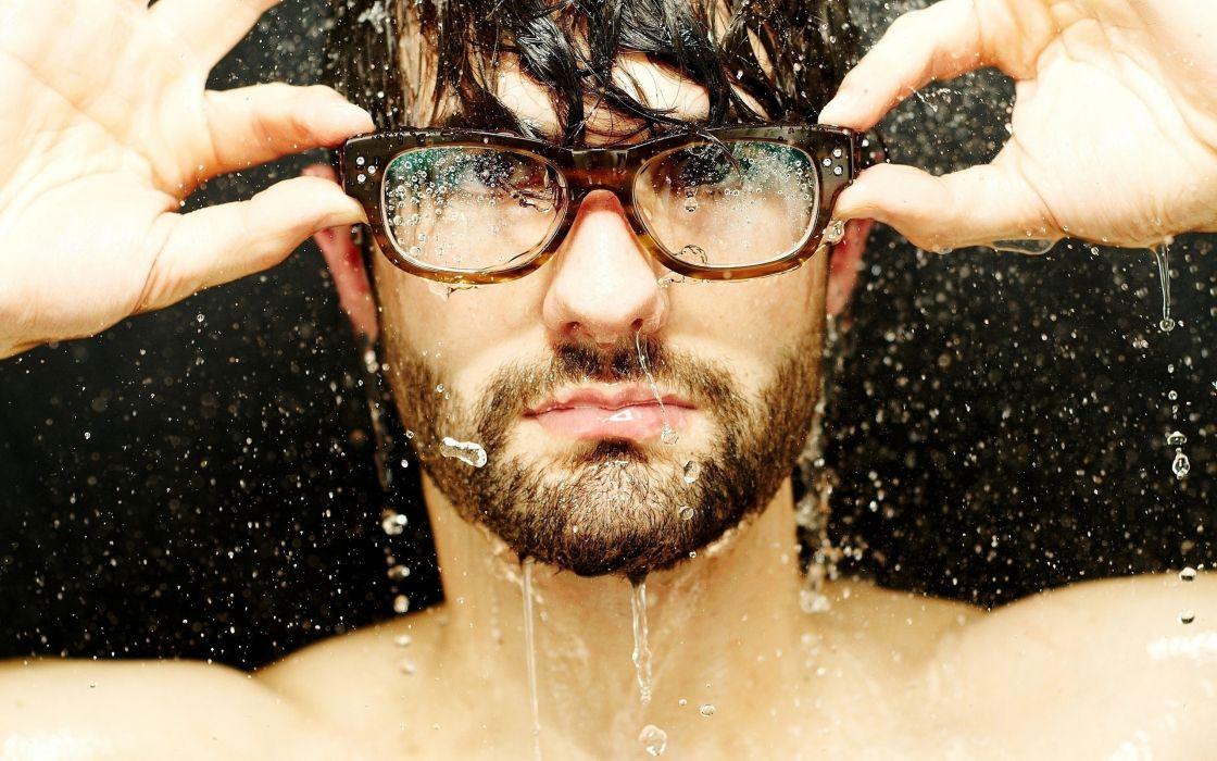 hombre moreno gafas agua wallpaper