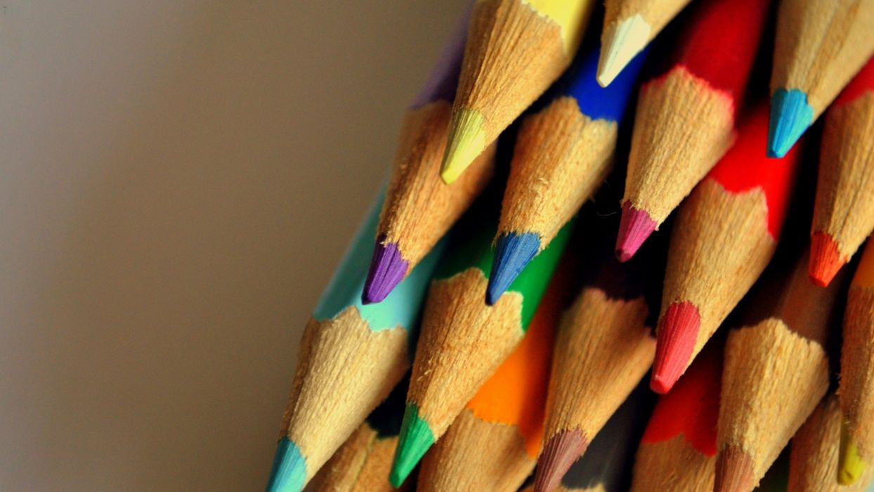 Arts crayons-multicolored-set-point wallpaper