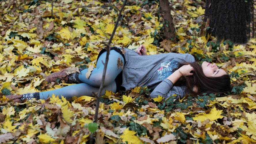 Photography woman-girl-sexy-brunette-leaves-autumn-lying-model-nature wallpaper