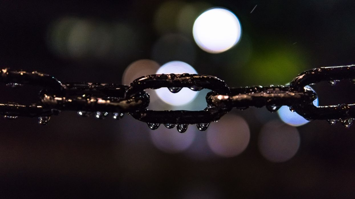 bokeh chain close-up macro night steel chain street waterdrops wet wallpaper