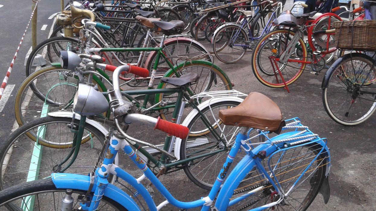 bicicletas aparcadas calle vehiculos wallpaper