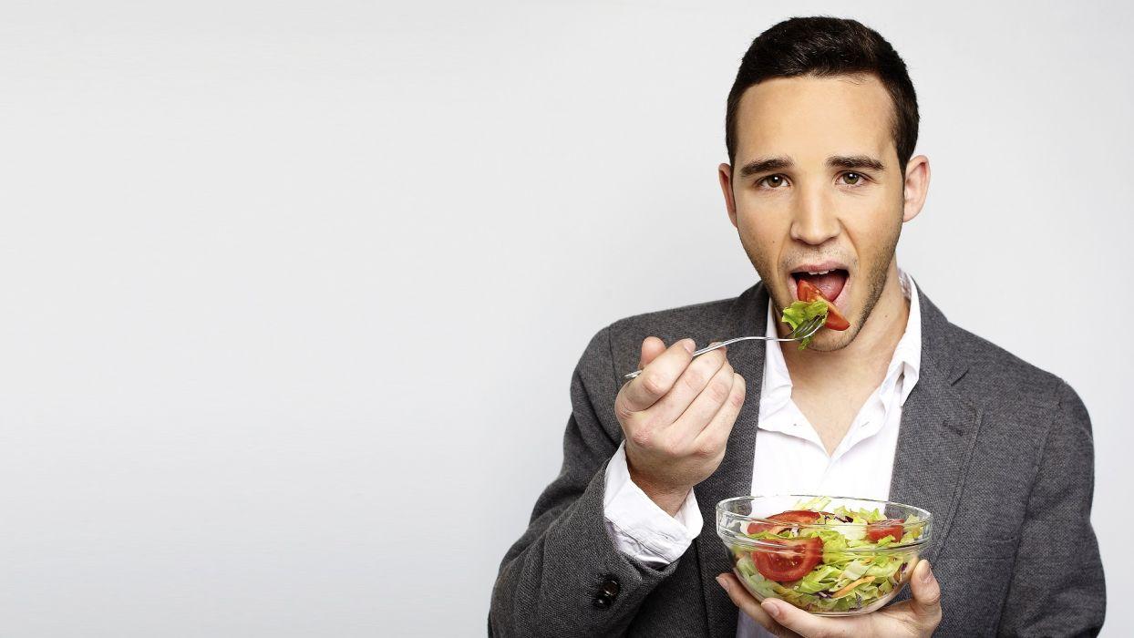 hombre comiendo ensalada moreno wallpaper