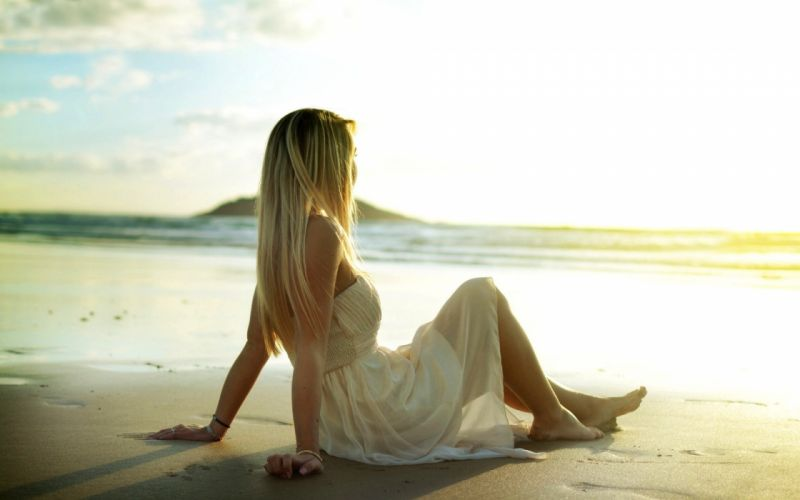 Photography-sensuality-sensual-sexy-woman-girl-lonely-beach-sitting-miss you-barefoot wallpaper