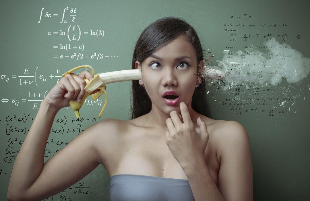 abstracto humor mujer mete platano oreja wallpaper