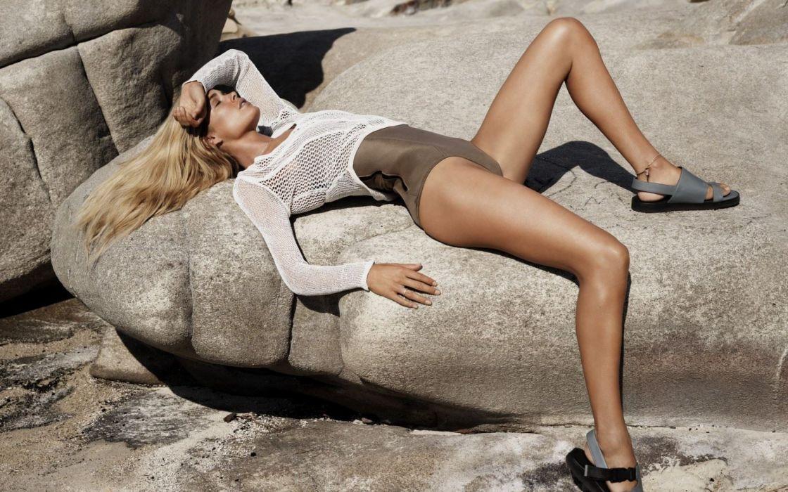 doutzen-kroes model woman sexy sofa wallpaper