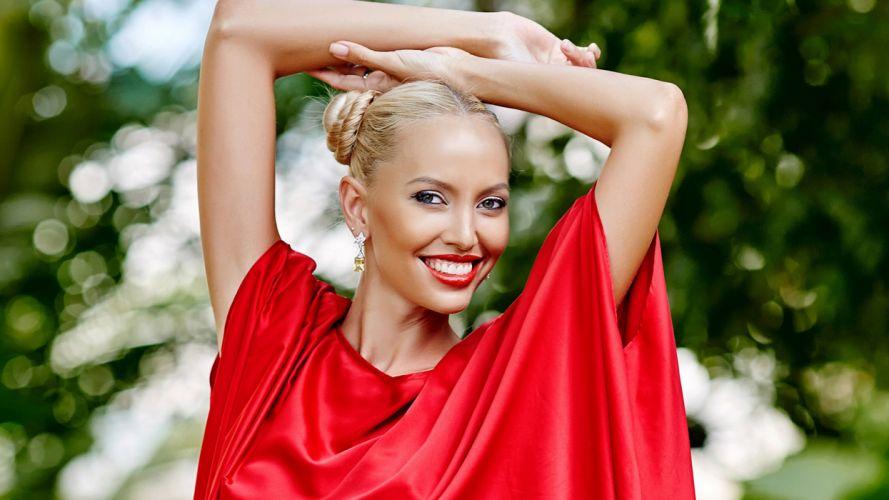 mujer rubia vestido rojo sonrisa wallpaper