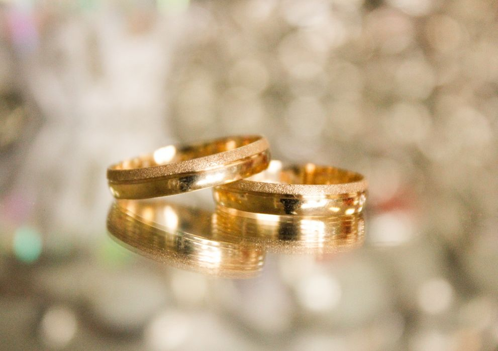 blur close-up gold jewelry precious reflections rings shining still life wedding rings wallpaper