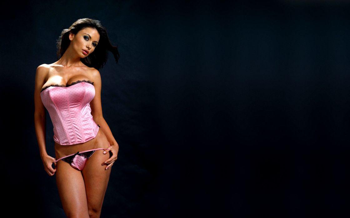 mujer morena lenceria rosa wallpaper