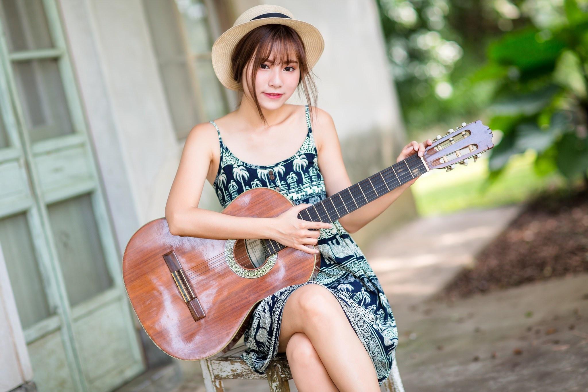 Азиатка с гитарой  № 466000 загрузить