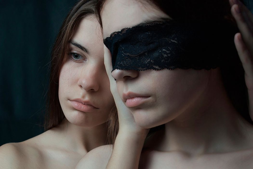 Photography girl woman model blindfold face twins tears crying juicy-lips wallpaper