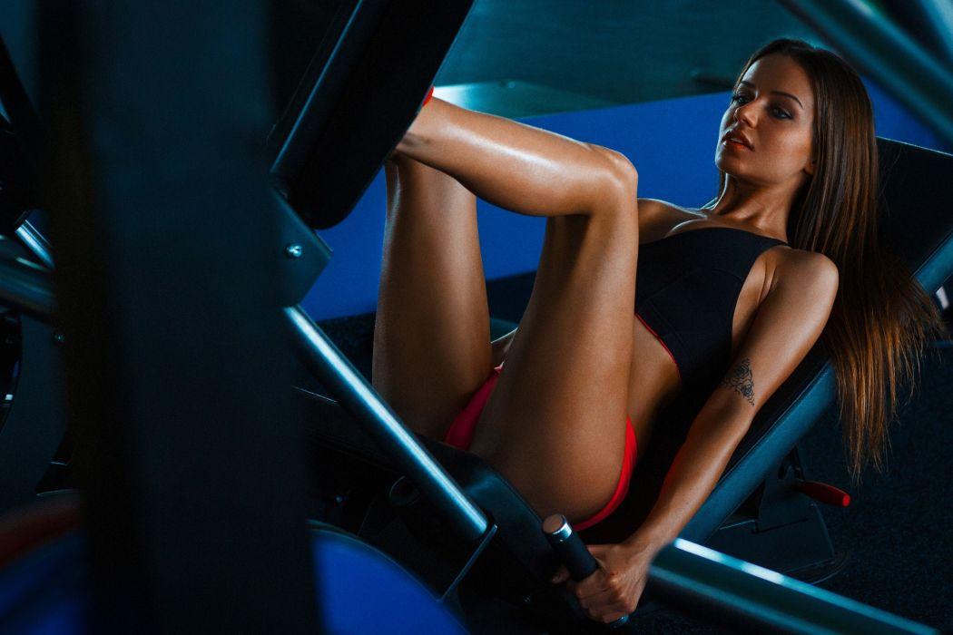 Sport sensuality sensual sexy girl woman model body fitness workout sportswear legs knees gym shorts tattoo leg-press Jessica-Martin wallpaper