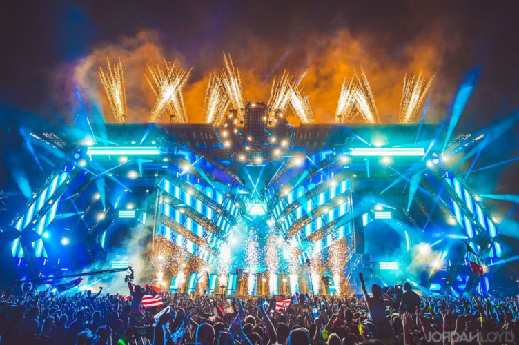 Ultra-Music-Festival-Miami-2016-stage-crowd-party-girls wallpaper
