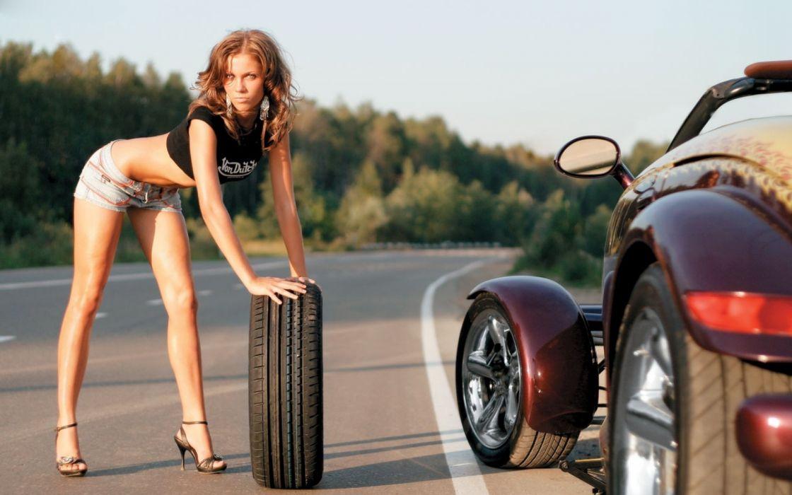 Machine sensuality sensual sexy girl woman model old-car classic legs knees t-shirt jean-shorts denim torn belly road tires wallpaper