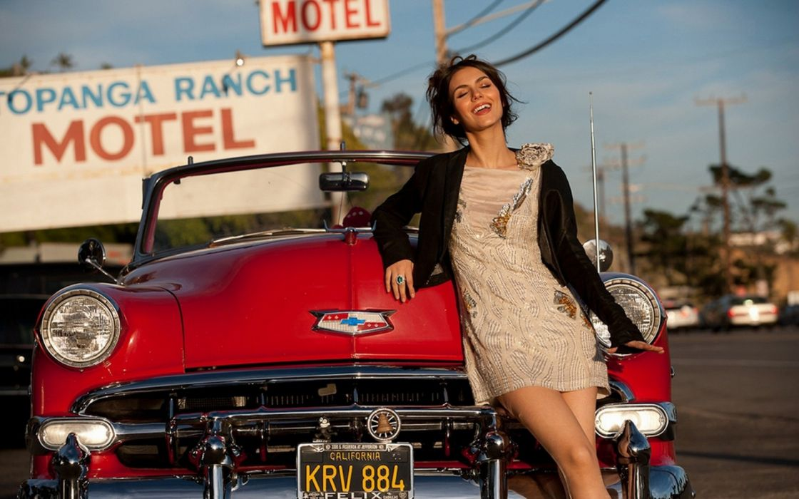 Machine sensuality sensual sexy girl woman model old-car classic oldtimer legs knees dress smiling Victoria-Justice wallpaper