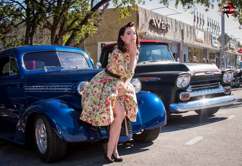 Machine sensuality sensual sexy girl woman model old-car classic oldtimer pinup legs knees dress floral urban wallpaper