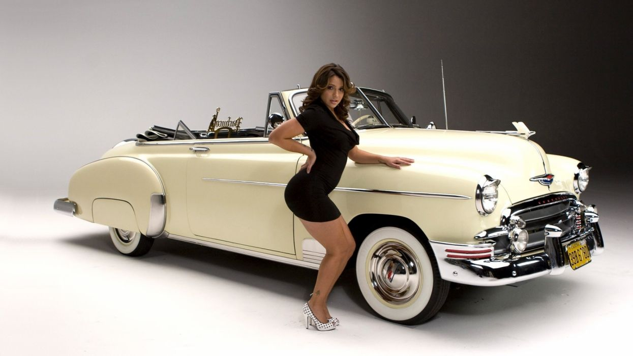 Machine sensuality sensual sexy girl woman model old-car classic Vida-Guerra legs knees dress high-heels cleavage curly-hair cadillac pose wallpaper