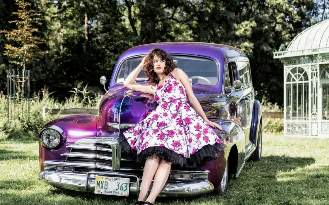 Machine sensuality sensual sexy girl woman model old-car classic photography oldtimer legs knees dress floral purple wallpaper