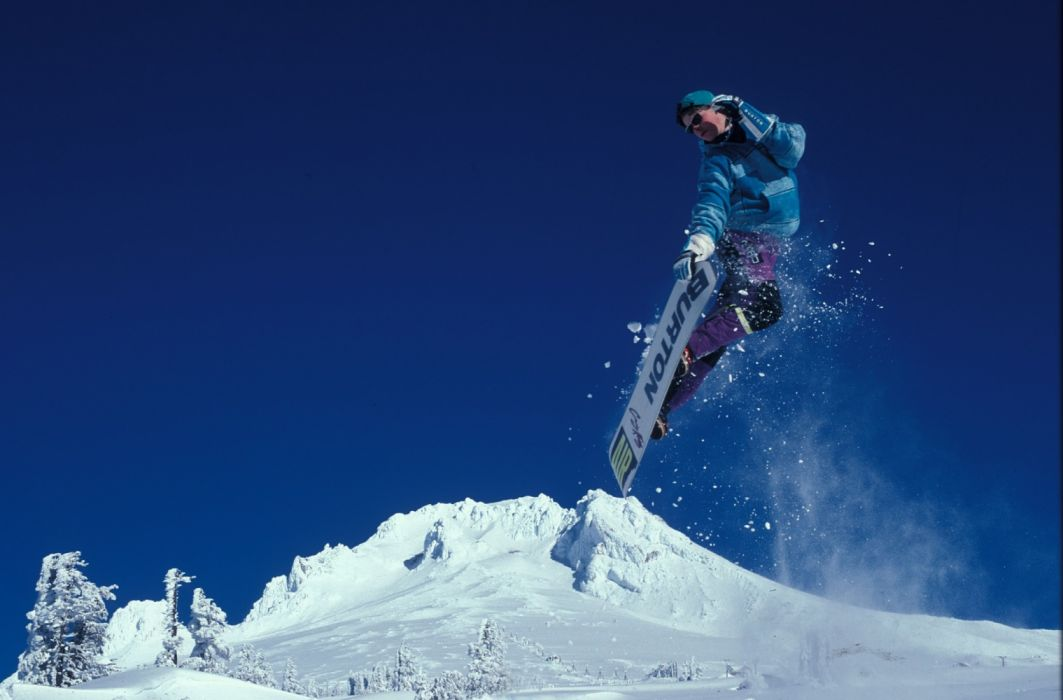 Man Snowboarding during Daytime wallpaper