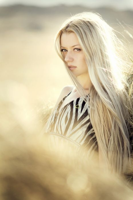 Blonde Haired Woman in Open Field Photoshoot during Daytime wallpaper