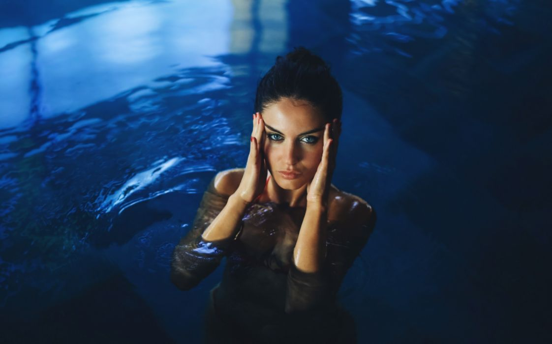 Photography sensuality sensual-sexy girl woman model face Aurela-Skandaj water wet-body bikini swimming pool wallpaper