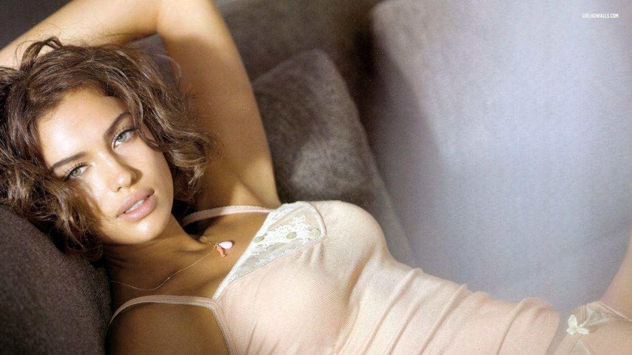 Photography sensuality sensual-sexy girl woman model Irina-Shayk face lingerie shirt lying necklace wallpaper