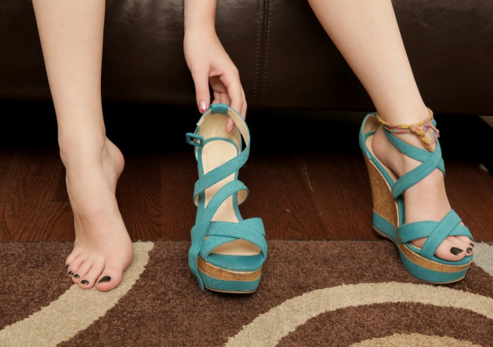 Style sensuality sensual-sexy girl woman model legs barefoot feet toes high-heels Zoey-Nixon wedge-shoes wallpaper