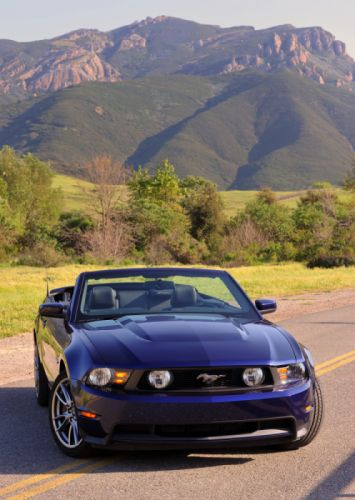 Ford Mustang GT Convertible 2011 wallpaper