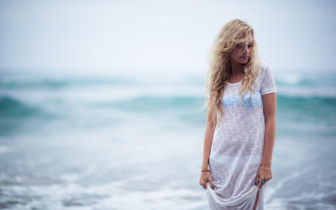 mujer paseo playa vacaciones wallpaper