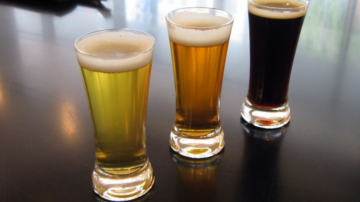 3 vasos cervezas tostada rubia negra vidrio wallpaper