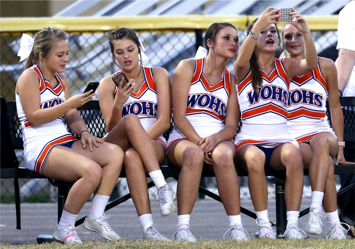Cheerleaders suck toes