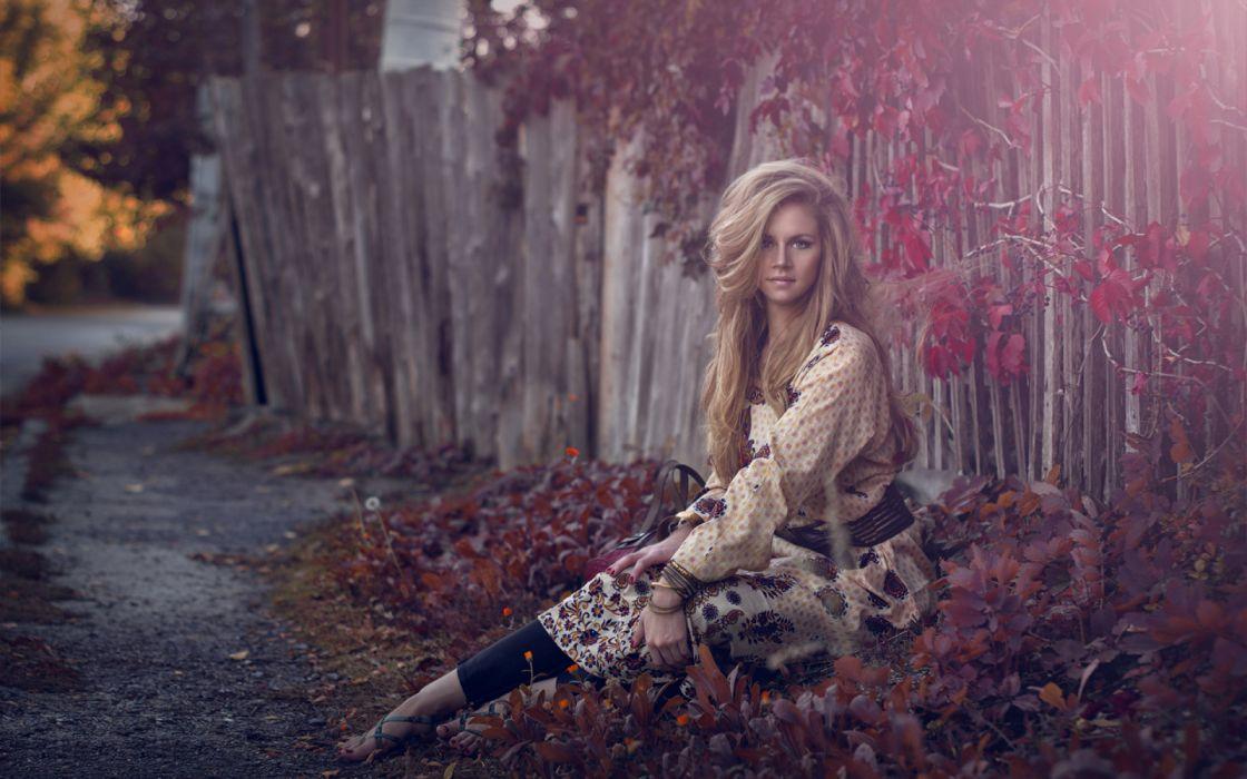 mujer rubia abstracto sentada suelo wallpaper
