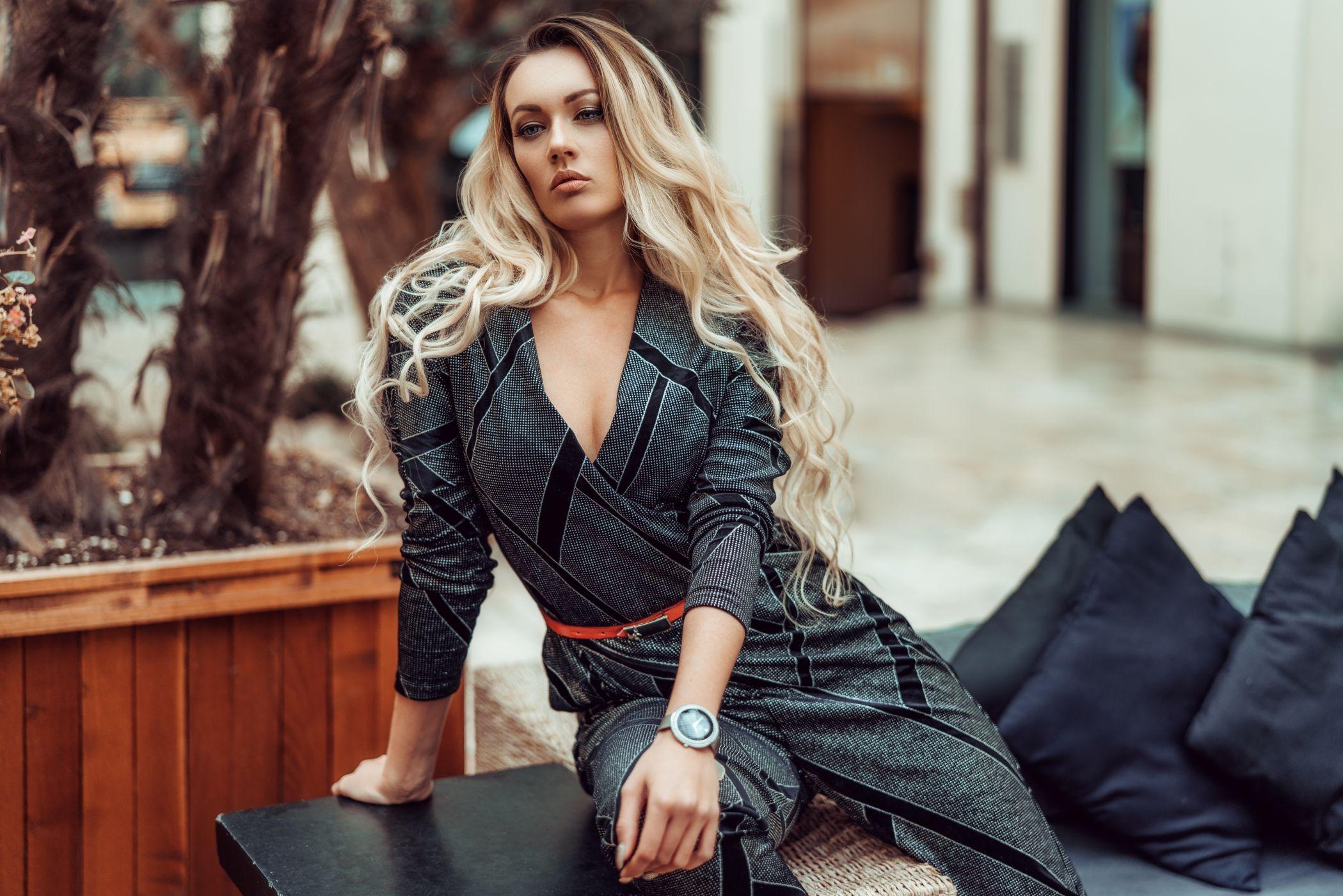 blondinka-s-dlinnimi-volosami-v-dekolte