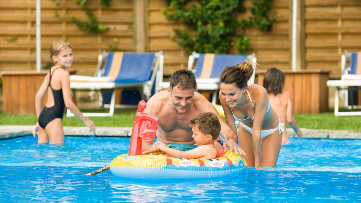 familia vacaciones piscina hotel wallpaper