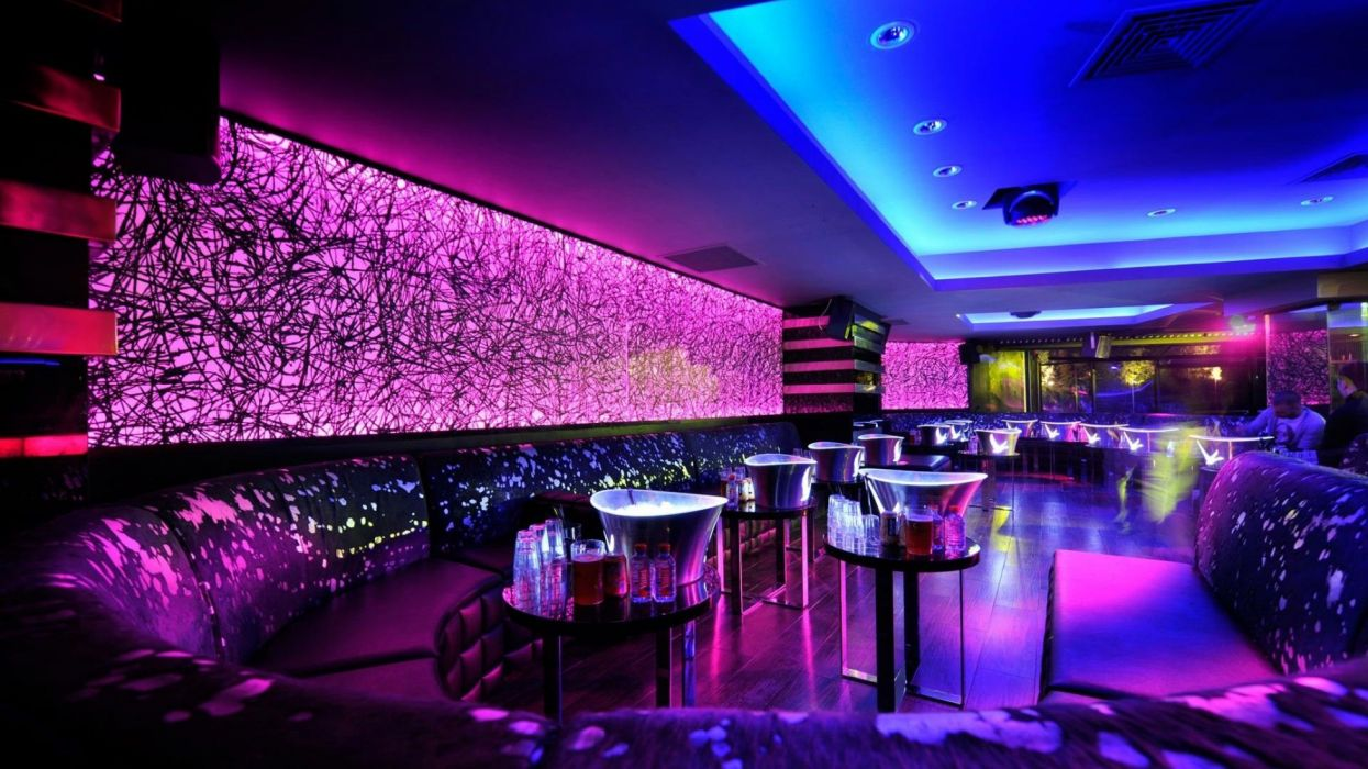 interior discoteca luces neon barra taburetes pista baile wallpaper