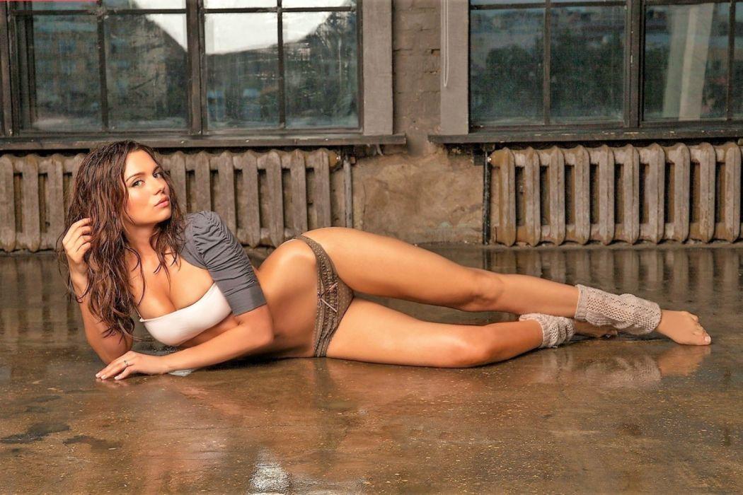 leggings brunette floor model wallpaper