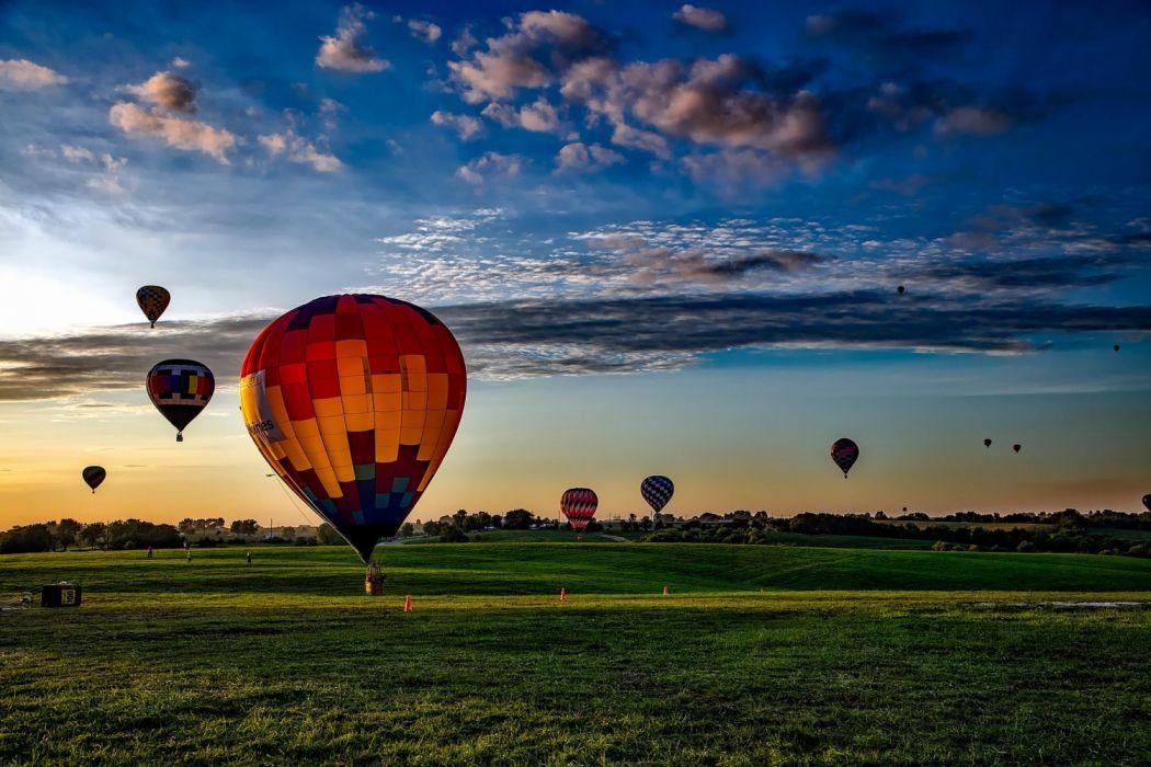 globos aerostaticos coloridos llanura cielo nubes volar wallpaper