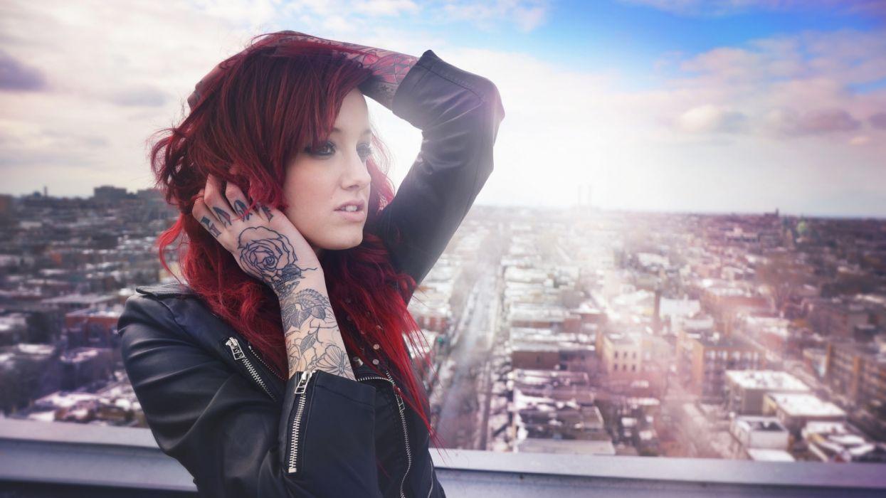 mujer pelirroja tatuaje mano brazo wallpaper