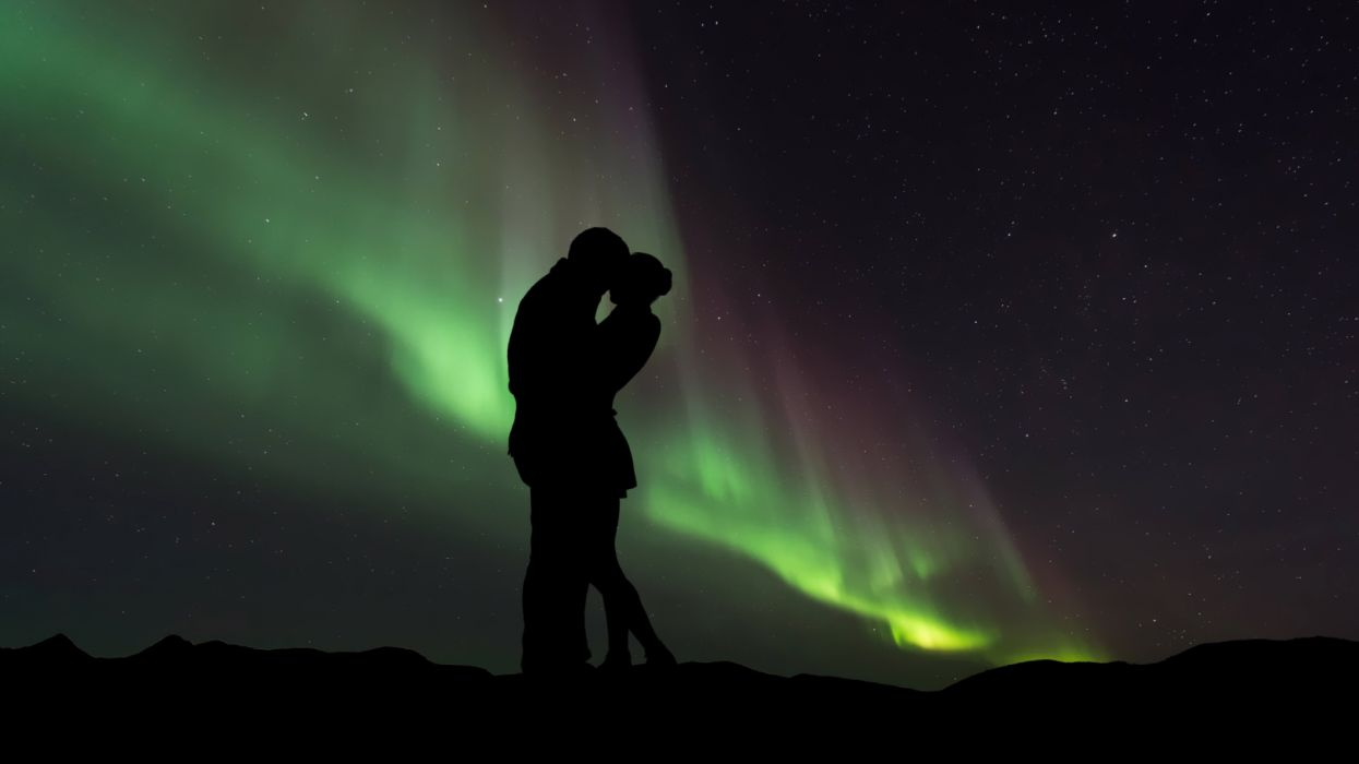 couple in love northern lights wallpaper