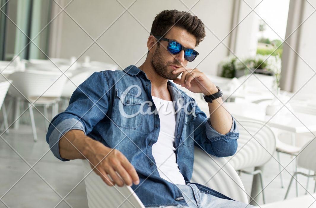 hombre moreno modelo gafas azules wallpaper