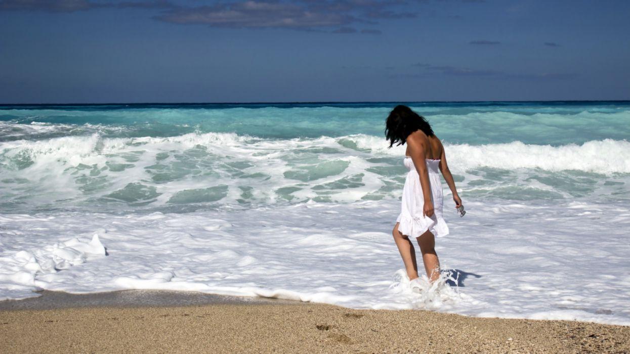 girl on the ocean beach holiday wallpaper