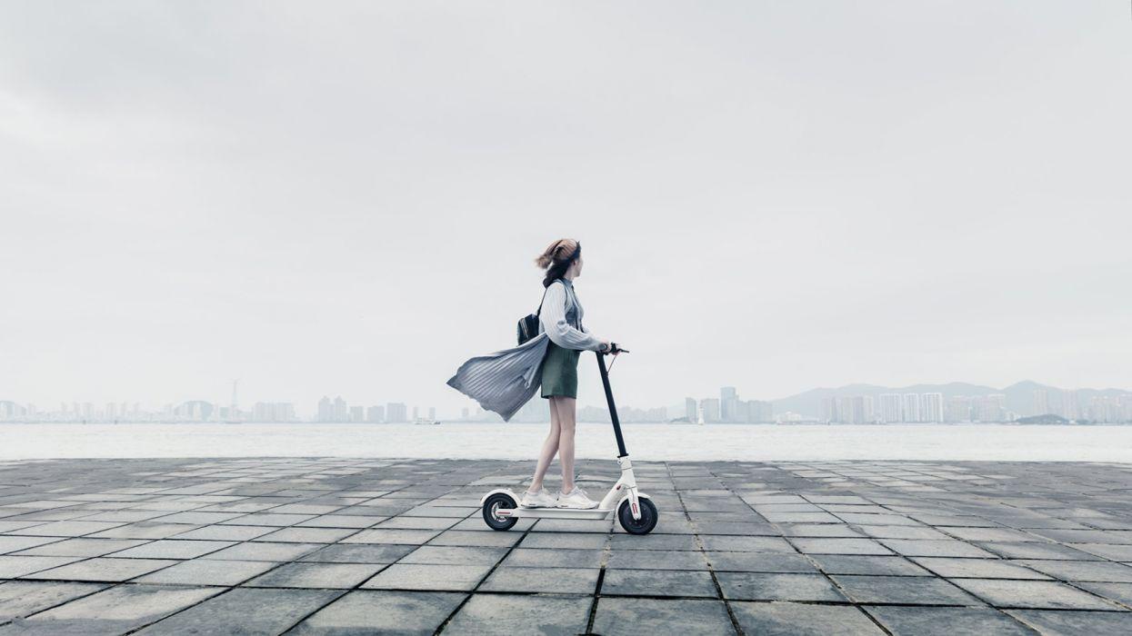 mujer patinete electrico ciudad vehiculo wallpaper